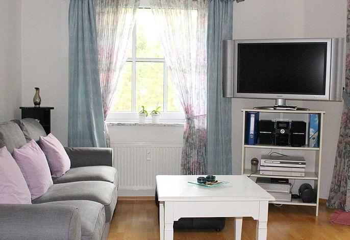 Wohnzimmer mit großem Flachbildschirm, WLAN und Telefonflat (inkl.) und Doppel-Schlafcouch