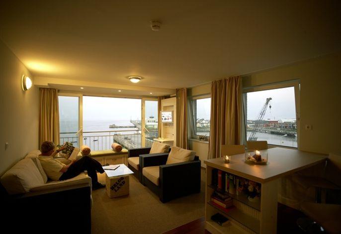 Suite H. P. Rickmers: In der 3. Etage liegende Suite mit Panoramaverglasung zur Seeseite und mit der auf Helgoland seltenen Möglichkeit, nach Westen über die See zu schauen. Die ca. 42 qm-Suite verfügt über ein großes Wohnzimmer mit Küchenbereich und ein separates Schlafzimmer.