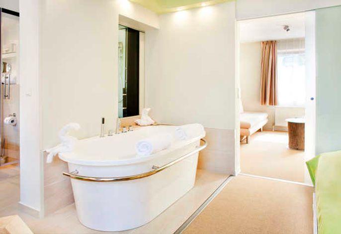 Diese helle und geräumige Suite bietet einen Sitzbereich, ein separates Schlafzimmer und eine Minibar. Das moderne Badezimmer ist mit einer freistehenden Badewanne, einer Wärmeliege und einem Dampfbad ausgestattet