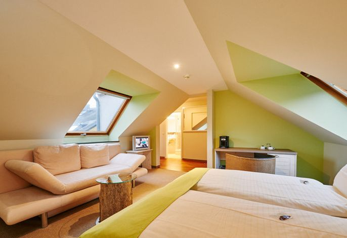 Garten-Doppelzimmer: Große, gemütlich und hochwertig eingerichtete Hotelzimmer mit einer Sitzecke. Größtenteils zum Garten gelegen. Teilweise mit Balkon oder Terrasse. Die Größe beträgt mindestens 24 qm.