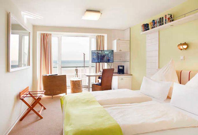 Panrama-Doppelzimmer zur Seeseite: Helle Hotelzimmer mit Panoramaverglasung,  gemütlich und hochwertig eingerichtet, mit einer Sitzecke. Alle Zimmer entweder mit Loggia, Balkon oder Terrasse. Die Größe beträgt mindest 22 qm.