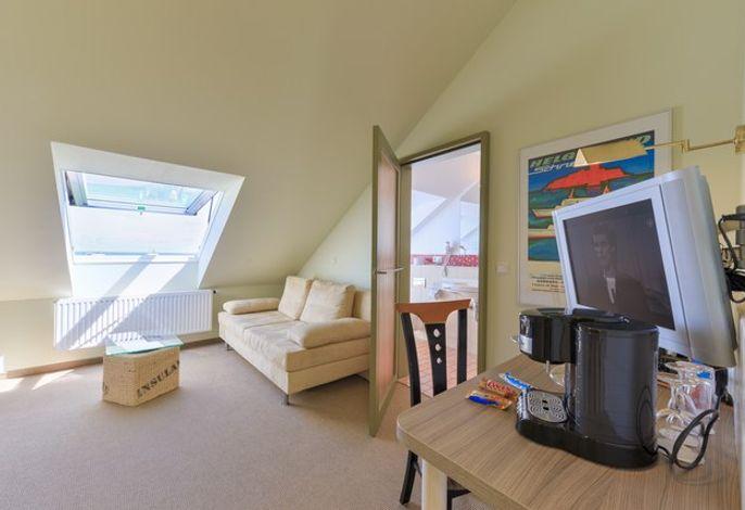Panorama-Einzelzimmer zur Seeseite:  Helle, zur Seeseite gelegene Hotelzimmer gemütlich und hochwertig eingerichtet, mit einer Sitzecke.