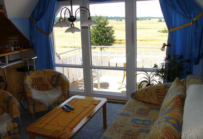 Wohnbereich und Balkon mit Weitblick