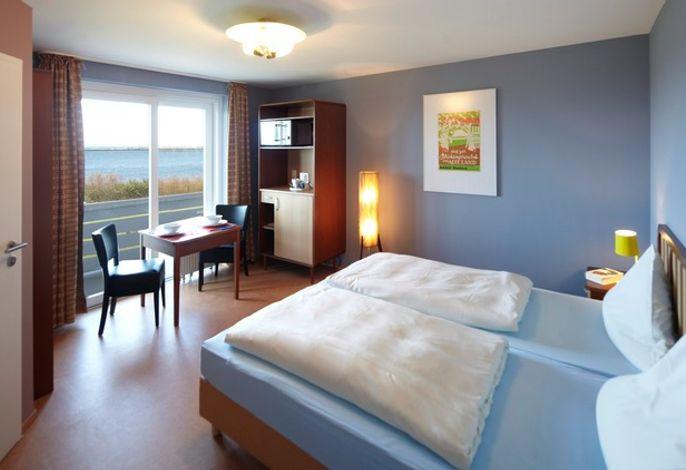Uneingeschränkte Seesicht, großer geschützter Balkon sowie komplett neu gestaltete Hotelzimmer mit WC/Dusche.   Alle Hotelzimmer im Hotel Helgoländer Klassik verfügen über einen Kühlschrank. Das W-LAN ist kostenlos.  Für den Kaffee oder Tee zwischendurch steht Ihnen im Zimmer eine Kaffee-/Teemaschine zur Verfügung.