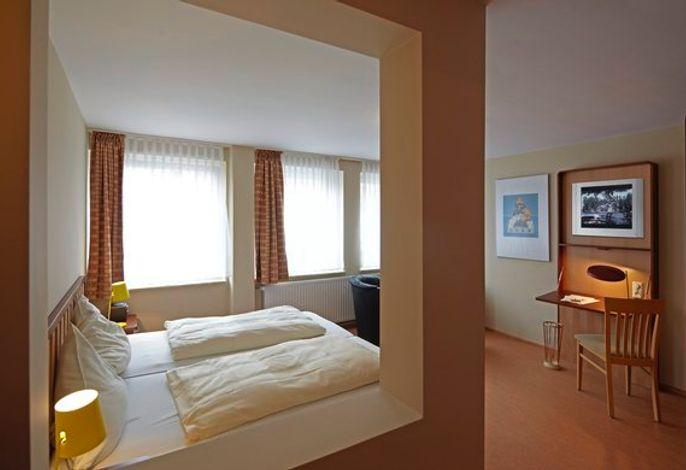 Die hochwertige Einrichtung im Stil der Nordischen Einfachheit prägt den Charakter dieser außergewöhnlichen Zimmer.  Alle Hotelzimmer im Hotel Helgoländer Klassik verfügen über einen Kühlschrank. Das W-LAN ist kostenlos.  Für den Kaffee oder Tee zwischendurch steht Ihnen im Zimmer eine Kaffee-/Teemaschine zur Verfügung.