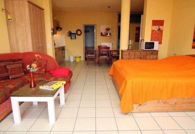 Wohnbereich mit Doppelbett