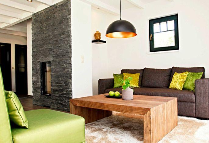 Wohnraum mit Sitzecke und Kamin