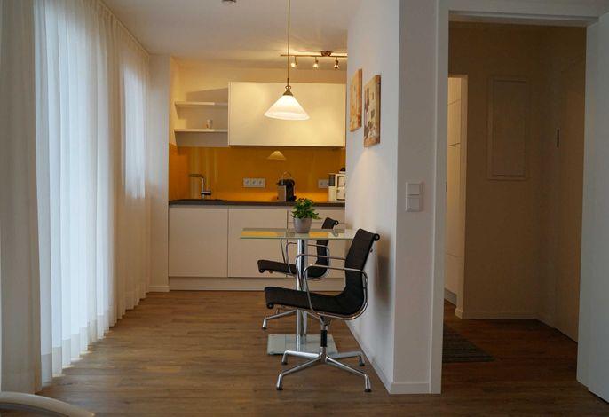 Blick vom Wohnzimmer über den Eßbereich in die Küche