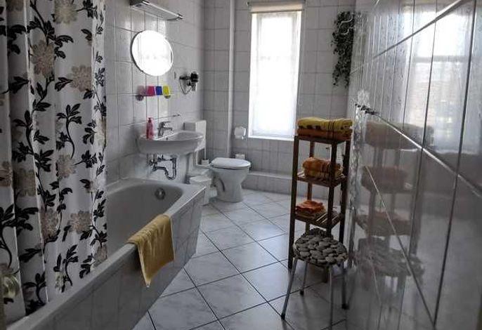 Tageslicht-Bad mit Wanne und WC