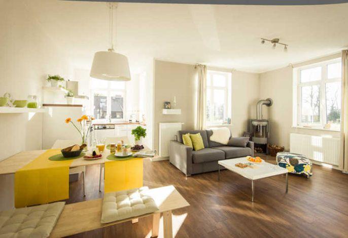 Wohn- und Essbereich mit viel Licht