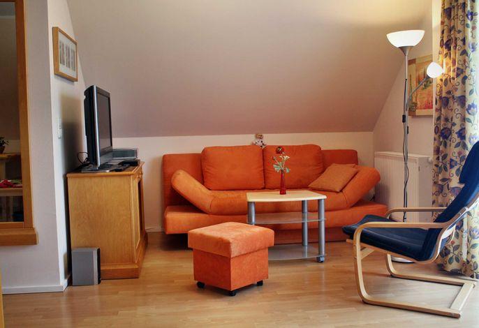 Wohnzimmer mit Flachbildschirm und Balkon