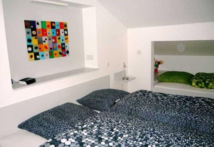 offener Schlafbereich im Obergeschoss der Wohnung