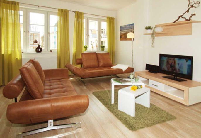 großzügiger Wohnbereich mit Klappcouch (für 2 Personen einzeln möglich)
