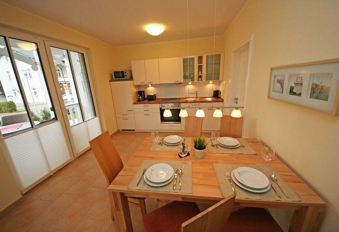 gedeckter Esstisch mit Küchenzeile