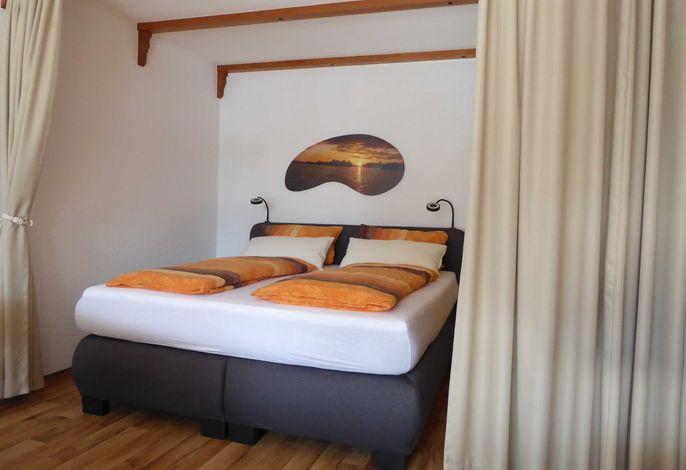 Schlafbereich mit Vorhang vom Wohnbereich abtrennbar