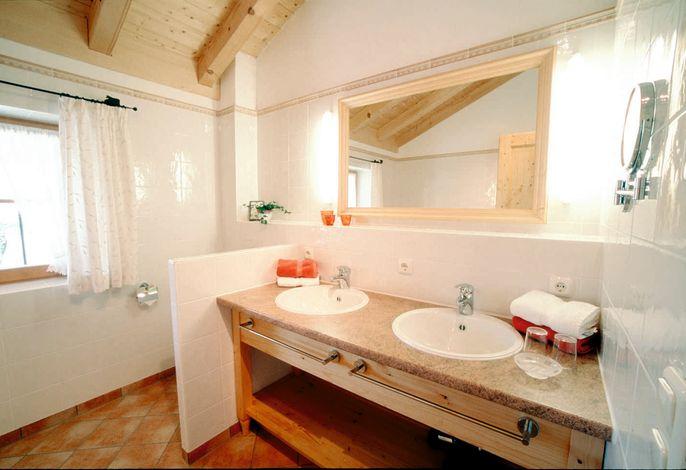 Bad/WC mit Doppelwaschbecken u. Badewanne