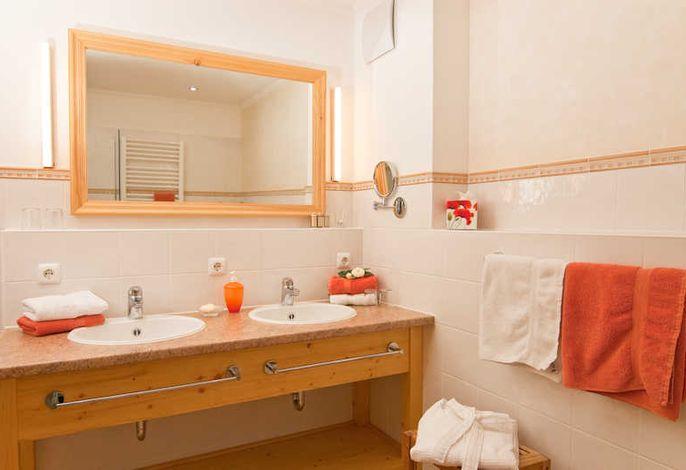 Du/WC mit Doppelwaschbecken  und Fußbodenheizung