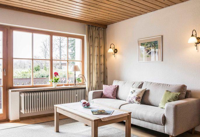 Entspannen Sie sich im geräumigen Wohnbereich mit Blick auf die Tegernseer Berge.