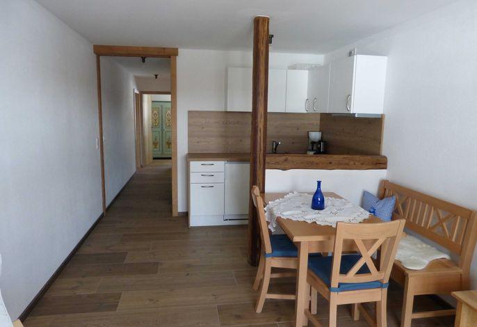 großzügiger Wohnraum mit komplett ausgestatteter Küchenzeile