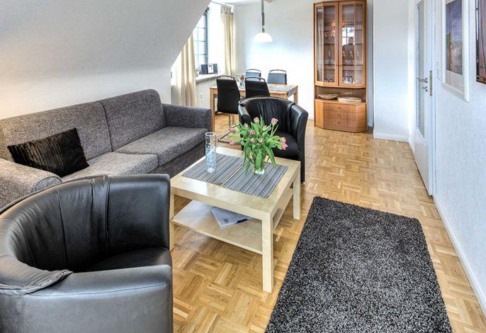 Wohnzimmer mit Schlafsofa, Essplatz und Balkon