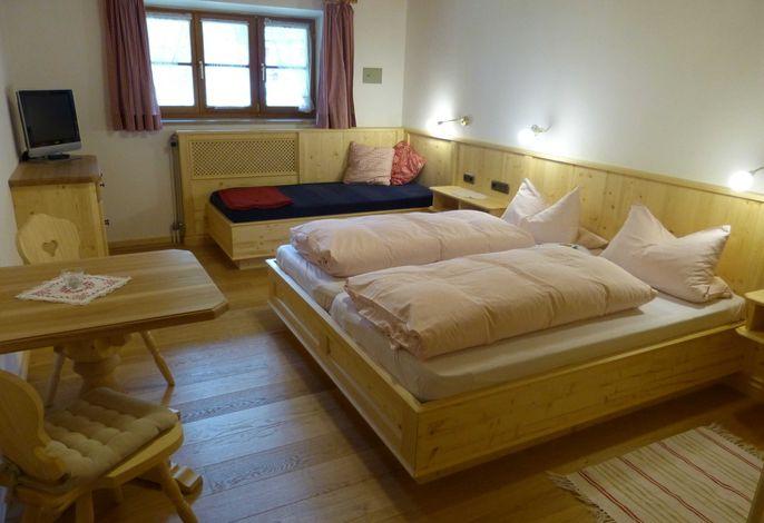 Neu renoviertes Doppel- bzw. Dreibettzimmer mit Holzdielen.