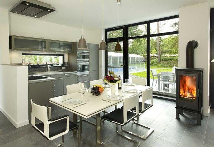 Offene Küche mit Esstisch und Kamin