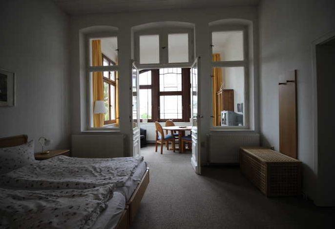 Schlafzimmer mit Blick auf Veranda