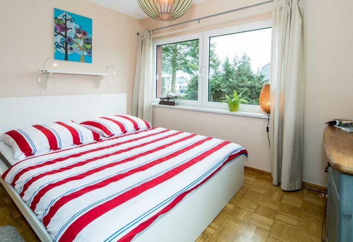 Schlafzimmer mit Doppelbett im EG