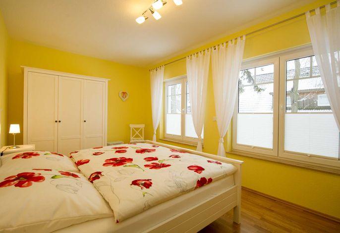 1. Schlafzimmer mit großem Doppelbett und großem Kleiderschrank 1. Ansicht