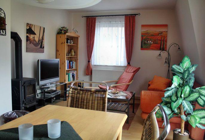 Wohnzimmer mit Kamin und Flachbildfernseher mit SmartTV