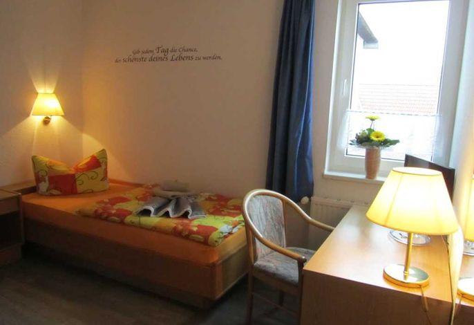 Einzelzimmer mit Schreibtisch
