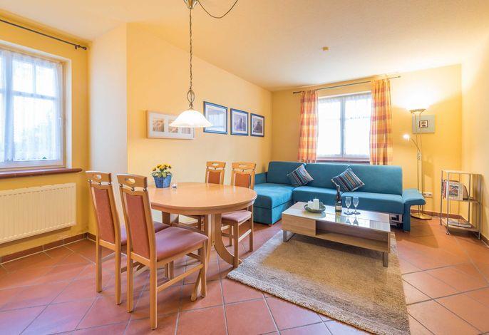 Wohnzimmerbereich mit gemütlicher Couch.