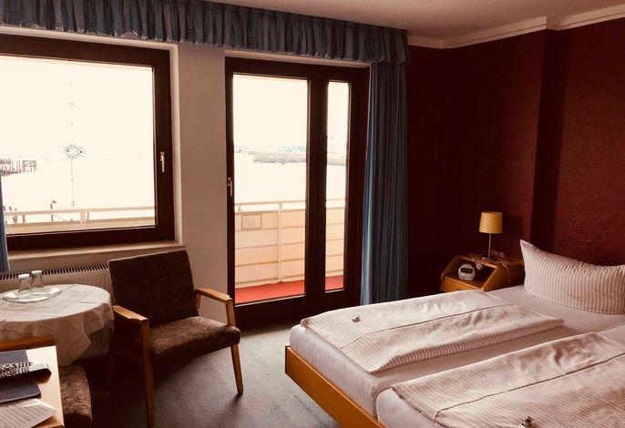 Behagliches Doppelzimmer mit Seeblick und Balkon. Mit Du/WC, TV, Telefon, Radio, Fön und W-Lan