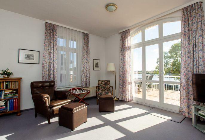 Wohnzimmer mit Blick auf die Terrasse