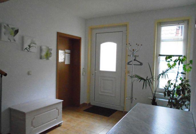 Eingangsbereich mit Zugang zum Wohnzimmer und Küche, Treppe ins OG