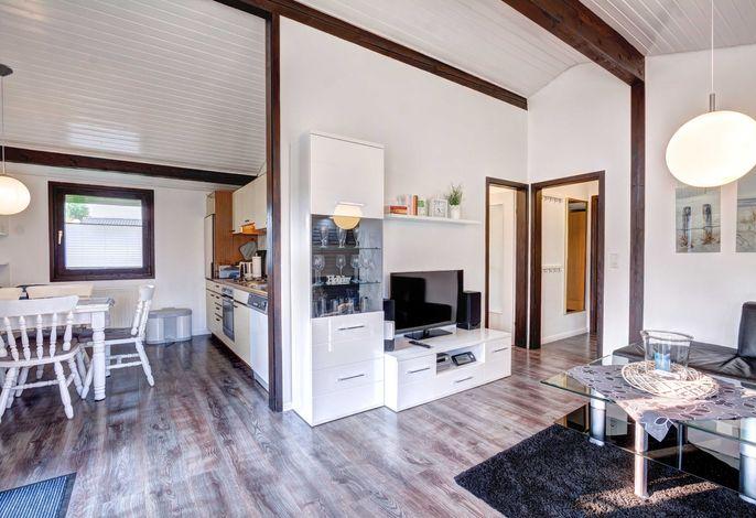 Einladender Wohnraum mit offener Küche und Essbereich.
