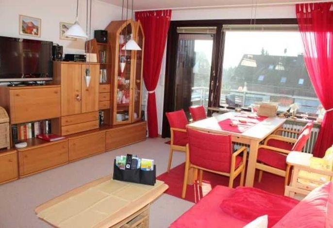 Wohnzimmer mit Essplatz und Balkon