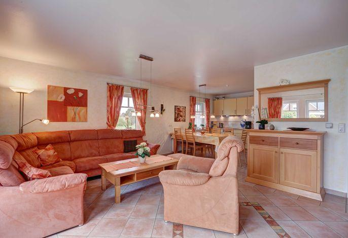 Wohnliche Sitzecke in warmen Farbtönen.