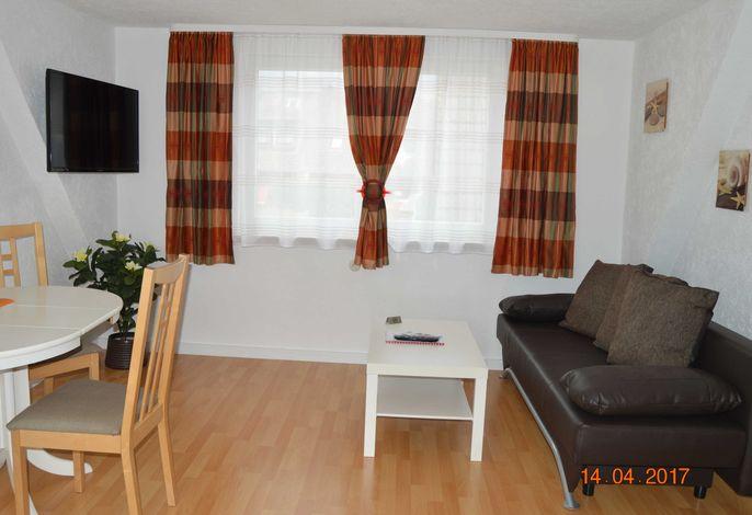 oWohnraum / Wohnzimmer mit Couchgarnitur, Esstisch mit 3 Stühlen