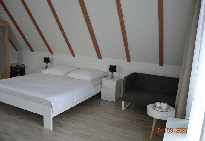 Wohnraum / Wohnzimmer mit Doppelbett