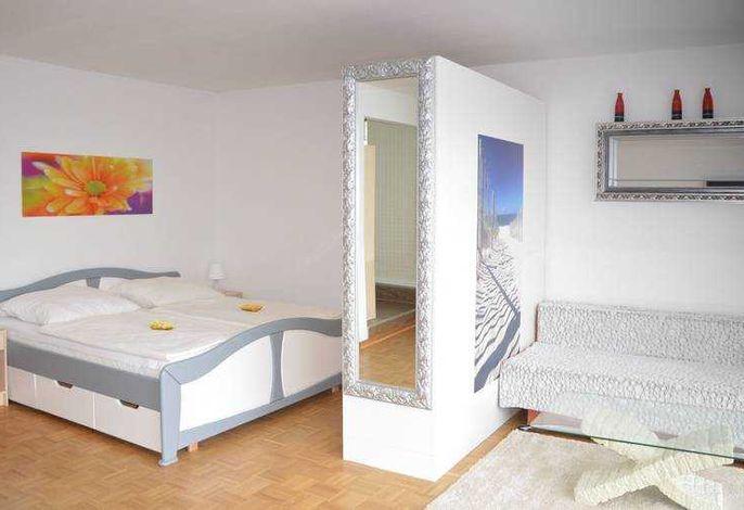 Wohnraum / Wohnzimmer mit Doppelbett, Couchgarnitur