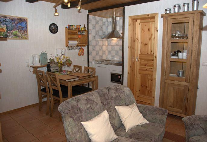 Essbereich im Wohnraum mit Kleinküche, Kühlschrank, 2 Herdplatten, Kaffeemaschine, Toaster, Wasserko