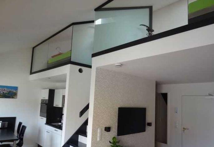 Innenansicht Wohnung mit Treppenaufgang ins OG