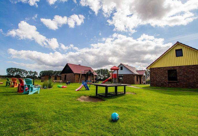 Blick vom Spielplatz zum Ferienhaus (rechts) am Ferienhof
