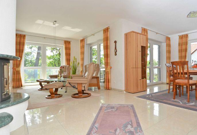 Ferienhaus Binz im Ostseebad Binz WG 01 - Wohnzimmer mit Kamin