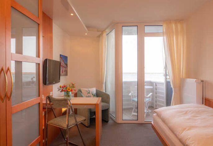 Zimmeransicht mit Balkon und Seeblick