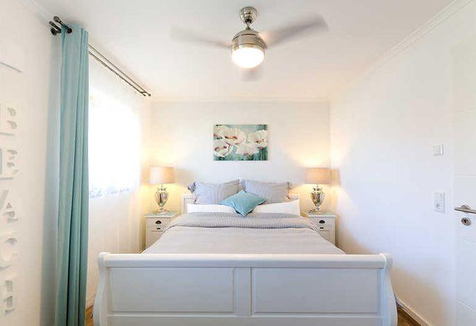 Schlafzimmer mit Deckenventilator