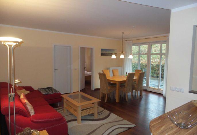 Wohnraum mit Couch und Esstisch