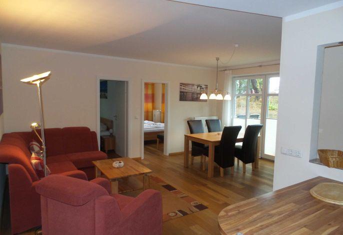 heller Wohnraum mit Couch und Esstisch