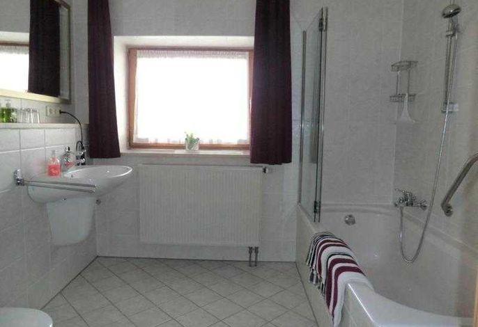 Bad mit WC,  Dusche mit Badewanne, Waschbecken und Waschmaschine